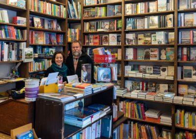 Innenansicht Lichtenrader Bücherstube mit Lina Hilsing