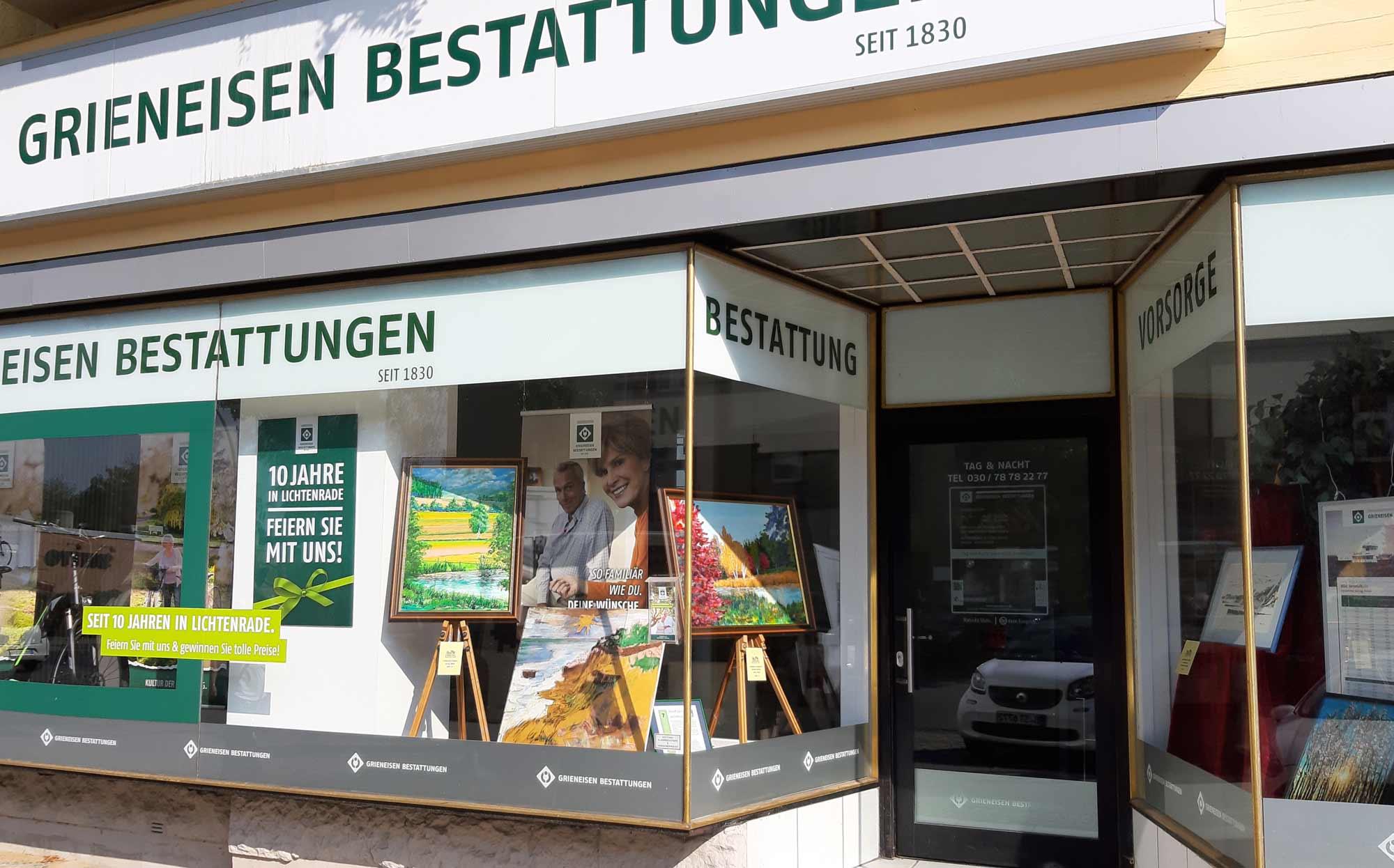 Am Lichtenrader Kunstfenster beteiligen sich viele Geschäfte aus der Bahnhofstraße